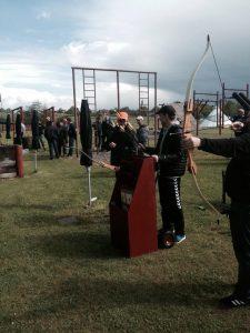 Mænd igang med at skyde til måls med bue og pil.
