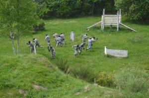 En flok mænd igang med Piantball kamp.