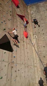 Mænd klatre på Muren på Friluftscenter Sprækkebjerg.