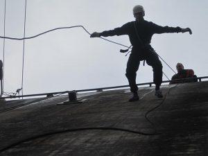 En mand i fuld gang med australsk rappelling ned ad Muren.