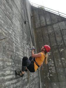 Kvinde rappeller ned ad Muren.