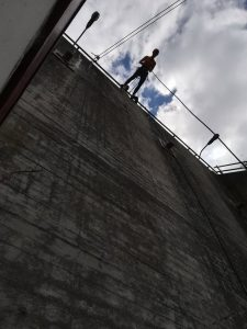 Kvinde klar til australsk rappelling på Muren.