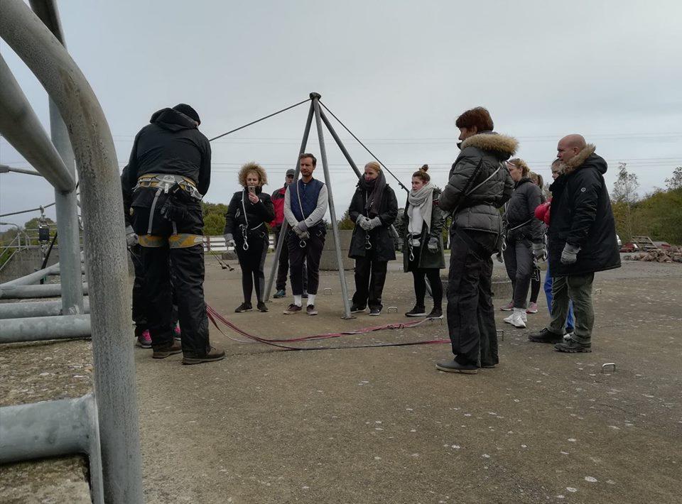 Kursister klar til Rappelling på toppen af Muren.