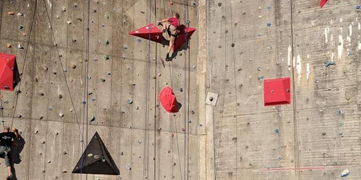 Mand klatrer på Muren.