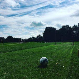 En fodbold ligger klar på fodboldgolfbanen.