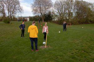En gruppe spiller på hul nr. 13 på fodboldgolfbanen.