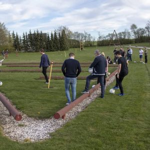 En gruppe igang med at gennemfører fodboldgolfbanen.