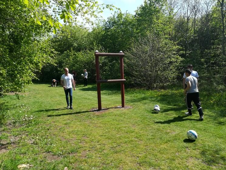 En sommerdag med spil på hul nr. 6 på fodboldgolfbanen.