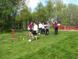 En gruppe klar til at spille hul 7 på fodboldgolfbanen.