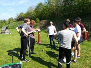 En gruppe klar til at spille hul 18 på fodboldgolfbanen.
