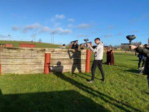 Der skydes til måls med paintballgevær.