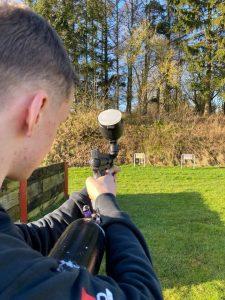 Kig over skulder i skydning med paintballgevær.