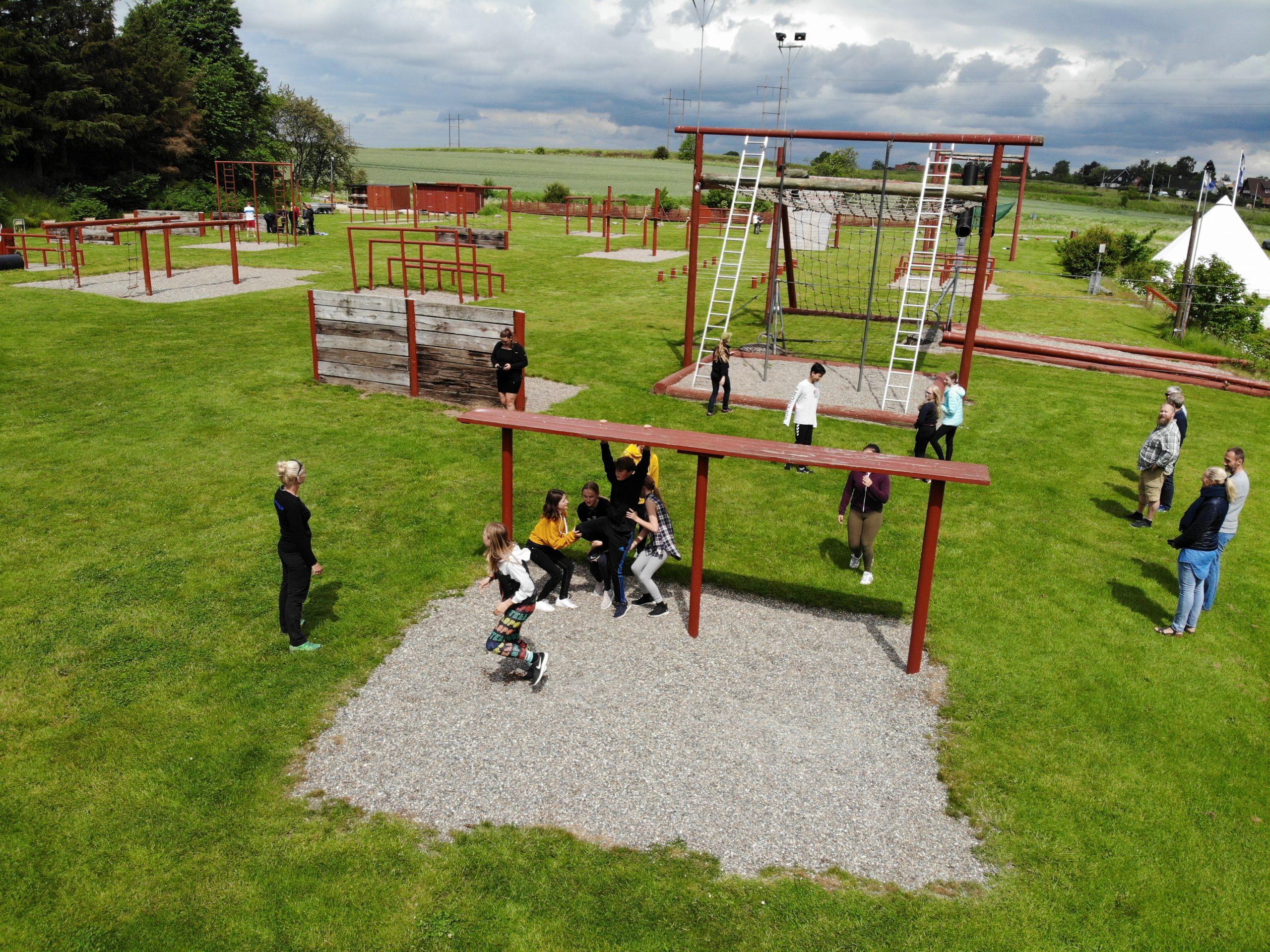 En gruppe hjælper hinanden ved Den Irske Bænk