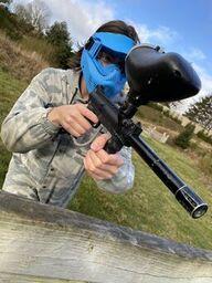 Close up af en mand iført paintball udstyr og gevær.